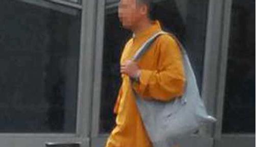 """""""和尚""""的乾坤袋藏着冰毒(图片来源:浙江在线)"""