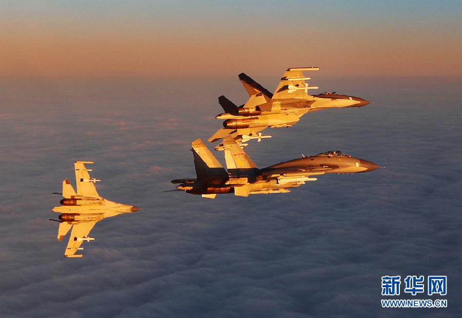 蒋佳冀和战友驾驶战机在夕阳余晖中展开空战演练。新华社发 刘应华 摄