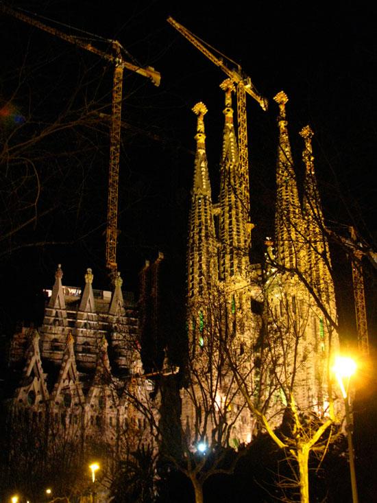 高迪(西班牙著名建筑师)设计的建筑.如圣家堂.您可以体验其