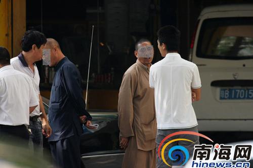 在三亚,经常会看到假和尚街头纠缠路人(图片来源:南海网)