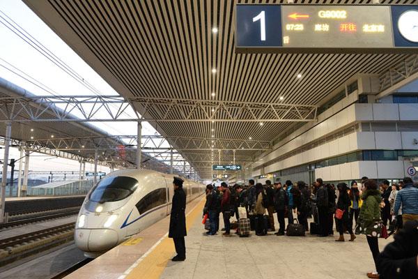 """廊坊号高铁乘客 近年来,廊坊市推出了""""京津乐道 绿色廊坊""""的城市旅游宣传口号,用口号彰显城市形象,以口号引领旅游工作。央视《朝闻天下》栏目黄金时段全年滚动播出""""京津乐道 绿色廊坊""""的城市旅游宣传片,廊坊的旅游宣传口号首次出现在了北京中心城区的公交车上,由廊坊来往北京、天津和石家庄的市民、旅客都能很容易地在主要交通要道沿途找到""""京津乐道 绿色廊坊""""大型公益广告牌,廊坊市还在澳门旅游(产业)博览会上荣获了""""中国最具投资潜力旅"""