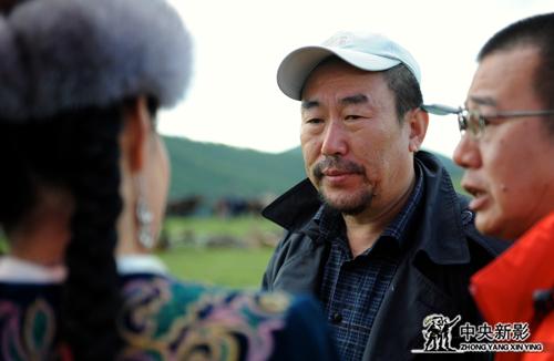 总导演高峰(中)在拍摄现场给演员说戏