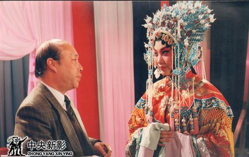 萧宏道(左一)与演员王蓉蓉在拍摄现场说戏