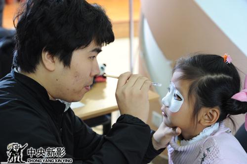 《快乐戏园》剧组工作人员给小同学化妆