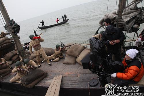 4D电影《渡江战役》摄制组在长江边拍摄