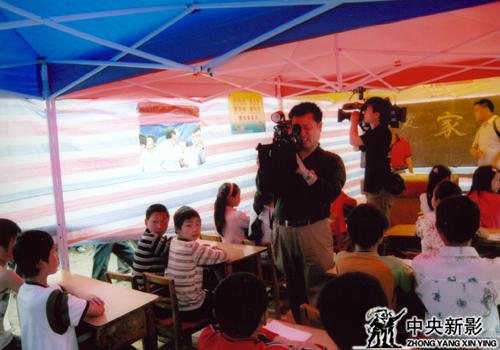 灾区孩子们的帐篷学校开学了