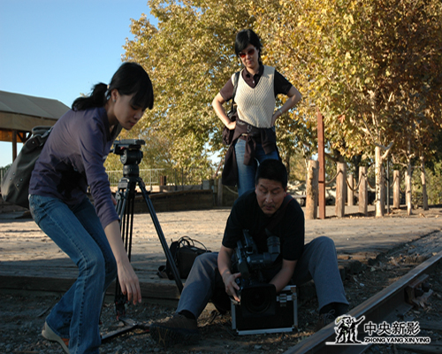 《碉楼往事》摄制组拍摄铁轨