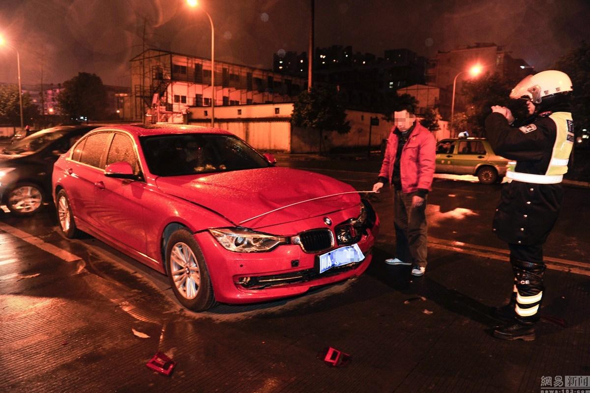 宝马司机晚上开远光灯挑衅交警,被摁倒在地!全程视频曝光.