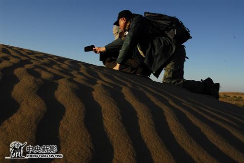 《大漠长河》摄制组在沙漠中拍摄
