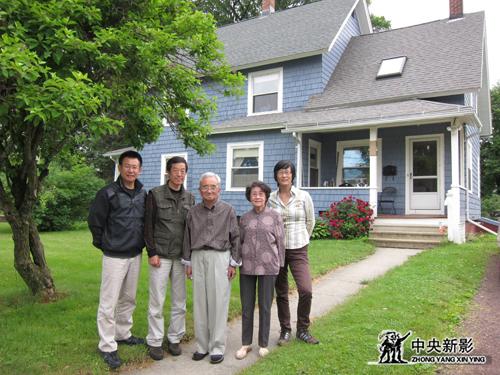 摄制组在美国采访秋瑾的外孙女王炎华