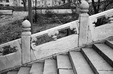 经过维修的栏板看起来是歪的