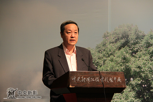 中央新影集团副总裁安为民宣读文件