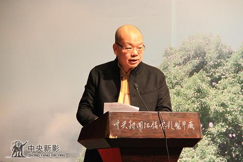 中国电视艺术家协会分党组成员、秘书长范宗钗宣读文件