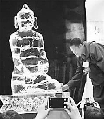 图为开幕式上,来自西藏的加措活佛给冰佛举行浴佛仪式。