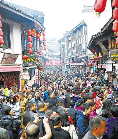 图为2月20日大年初二,大量游客涌入重庆磁器口古镇参观。
