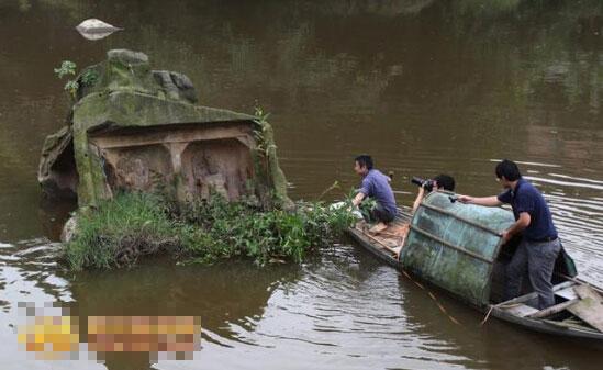 """自贡河中惊现""""菩萨石"""" 雕刻天龙八部等题材(图)"""