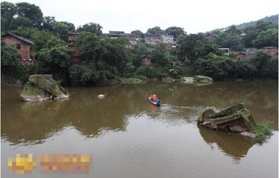 """自贡旭水河河道中的""""菩萨石"""""""