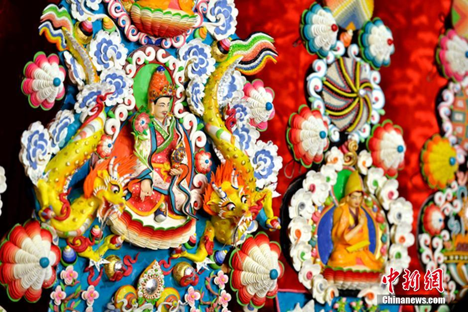 """西藏""""圣城""""大昭寺展出酥油花供八方信众朝拜"""