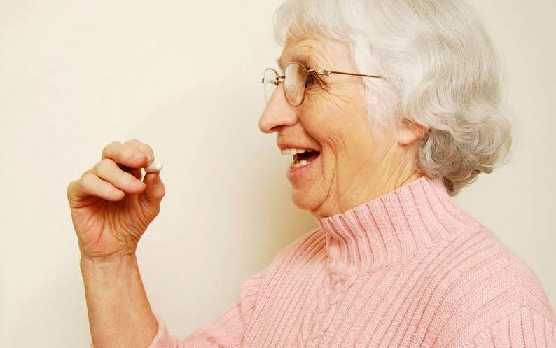 拒绝风险 老人吃药切勿一口吞