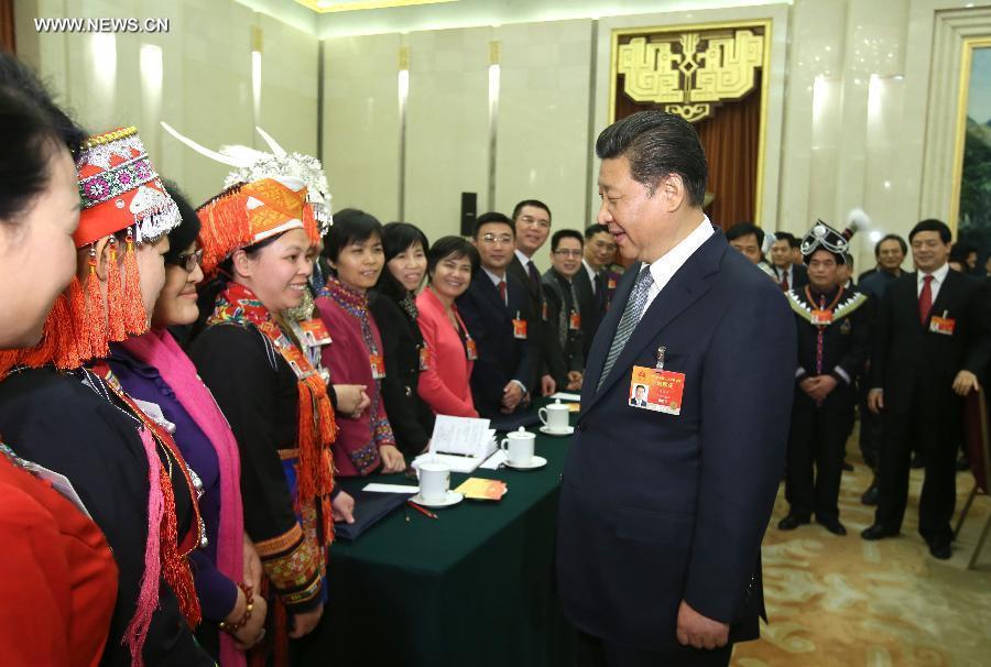 شي جين بينغ والمشرعين من منطقة قوانغشي ذاتية الحكم لقومية تشوانغ