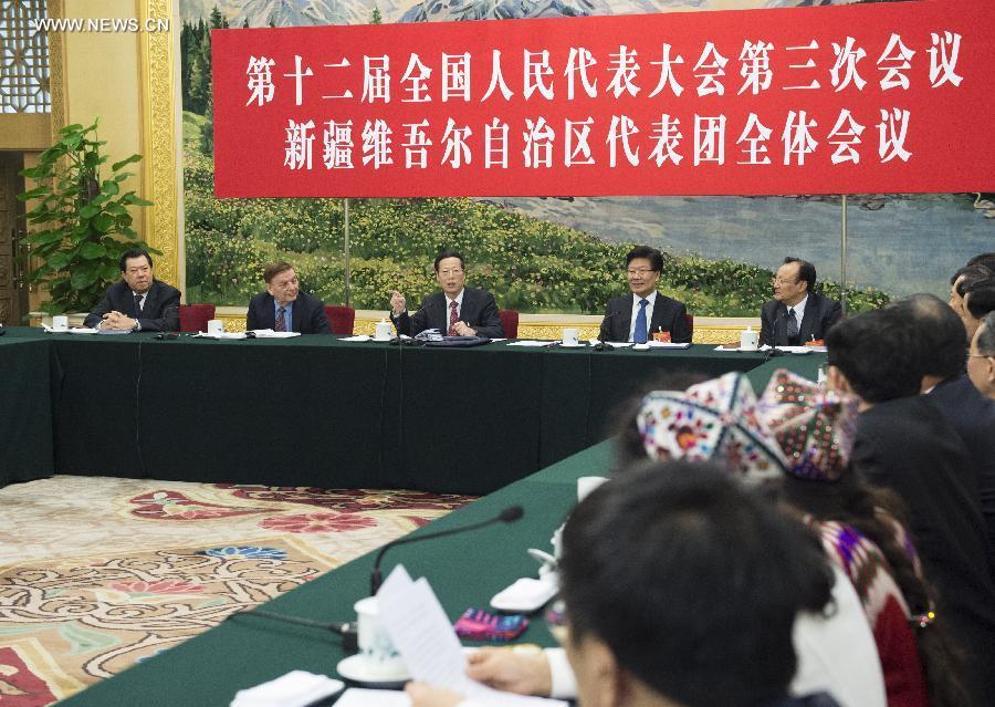 تشانغ قاو لي والمشرعين من مقاطعة شينجيانغ الويغورية الذاتية الحكم