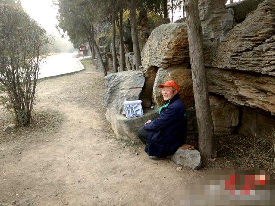 大爷经常坐在山间画画