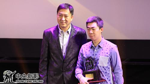 影资部主任朱勤效(左一)为获得优秀故事片奖者颁发奖杯