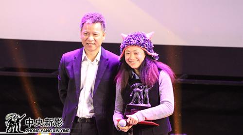 总裁助理谢九如(左一)为获优秀特种电影奖者颁发奖杯