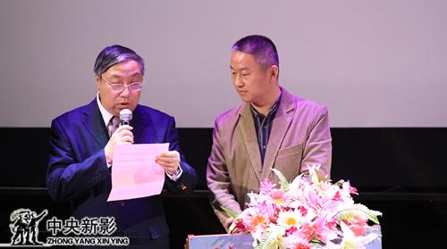 评委张辉(左一)、余立军宣布优秀微电影类节目奖作品名单