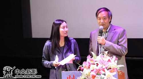 评委崔颖(左一)、冯振志宣布优秀音频、视频技术奖获奖名单