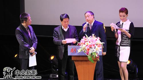 评委郑子(左二)、张辉(左三)宣布集团年度优秀制片人奖获奖名单