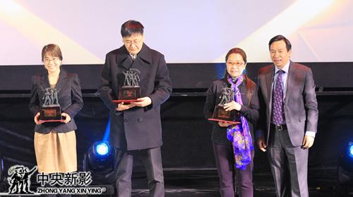 副总裁郭本敏(右一)为获集团年度优秀制片人奖者颁发奖杯