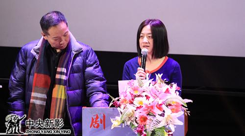 评委张力(左一)、吴金越宣布集团年度评委会特别奖获奖名单
