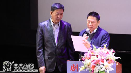 评委朱勤效(左一)、张跃宣布集团年度最佳创新奖获奖名单