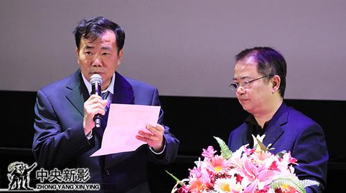 评委郭宝通(左一)、郑富权宣布集团年度节目大奖获奖名单