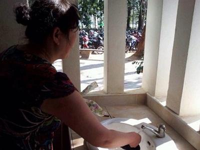 """游客在皮皮岛用洗手池洗脚和洗鞋.""""并配上了数张图片."""