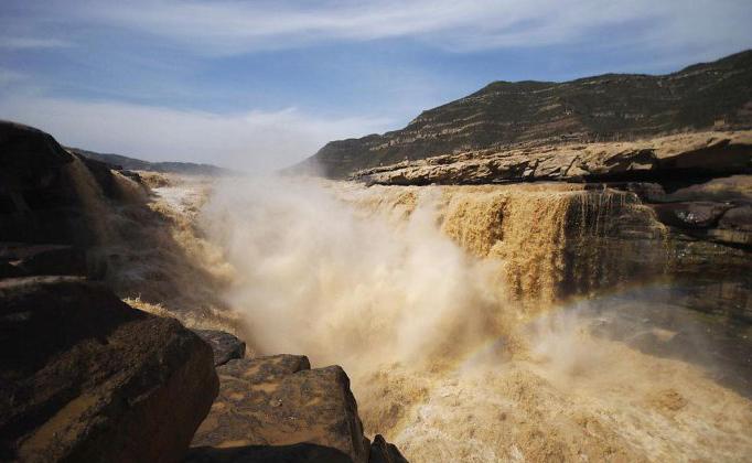 Половодье на знаменитом водопаде Хукоу привлекает сотни туристов
