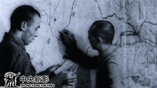 1940年,聶榮臻站在繪有平漢鐵路的地圖前。