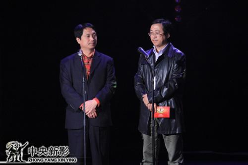 中国大学生微电影创作大赛组委会执行副主席郑子(左)与组委会秘书长海溪颁奖