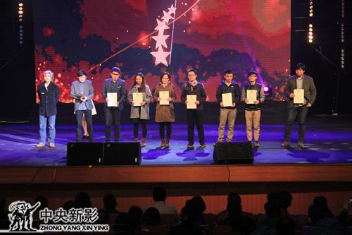 多位青年导演获组委会颁发的签约证书