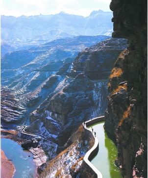 红旗渠在太行山脉蜿蜒(魏德忠 摄)
