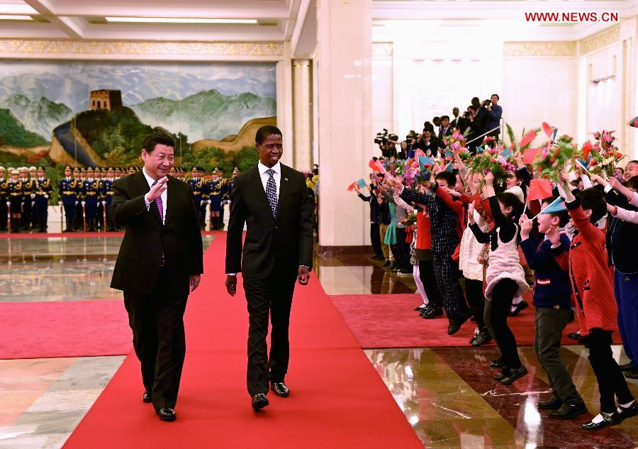 Chinese President Xi Jinping (L) and Zambian President Edgar Lungu (R) attend a welcome ceremony in Beijing, capital of China, March 30, 2015. (Xinhua/Rao Aimin)