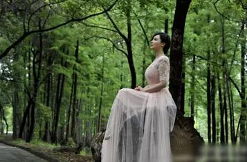 纯色飘逸长裙,半透明纱质下裙更能营造轻盈的仙气
