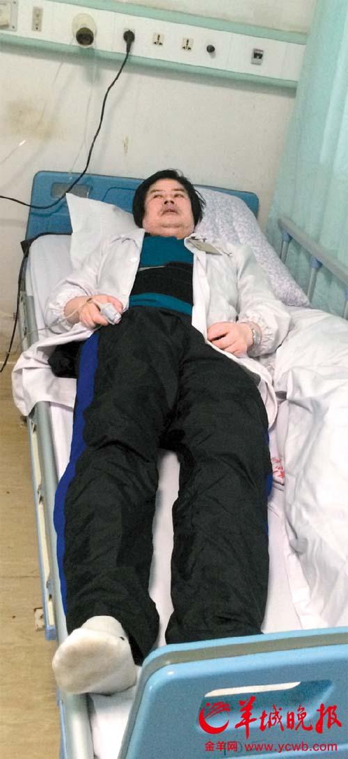 卢医生躺在病床上