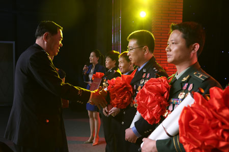 全国道德模范、公安系统一级英雄模范邱娥国为获奖嘉宾颁发荣誉证书