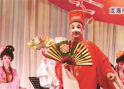 丑角演绎芗剧《龙凤环》的《观花灯》选段。