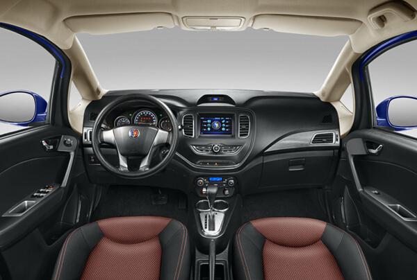 吉利英伦C5 在内饰上,精致酷黑内饰在细节雕琢上更显精致。黑潮色系的座舱带来更为强劲的时尚气息,V型悬浮中控台造型饱满,布局合理,真皮四幅运动方向盘,配以金属拉丝及亮光镀铬装饰,呈现出高级别车型才有的质感和氛围。 自由灵动的宽适空间也是英伦C5的一大产品亮点,凭借140mm离地间隙,打造出领先同级的高通过性,可以从容应对凹凸不平的路面状况。英伦C5高挑的车身充分保证了前后排乘客的头部空间,后排没有地台上的突起设计,平整的地台给予中间乘客更多的腿部空间。车内拥有多达10多处的储物空间,260L的两厢车后备