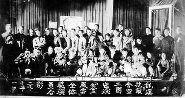 老人当年参加龙溪抗敌会宣工团演出《塞上风云》时,与演职员合影。