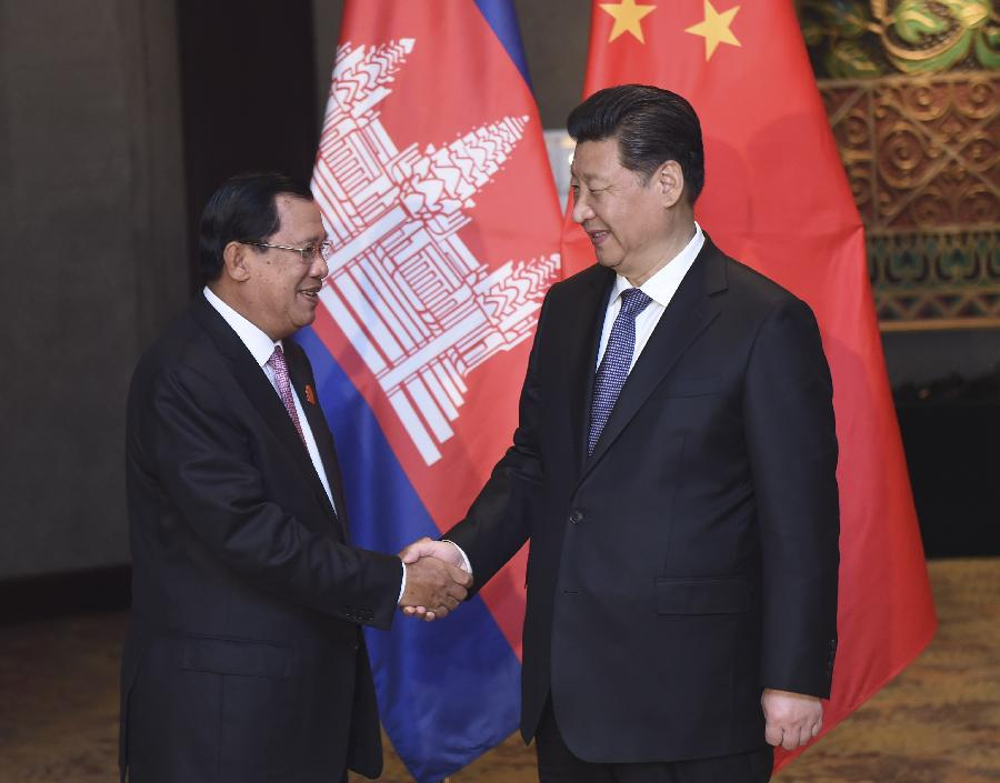 Chinese President Xi Jinping (R) meets with Cambodian Prime Minister Hun Sen in Jakarta, capital of Indonesia, April 23, 2015. (Xinhua/Zhang Duo)