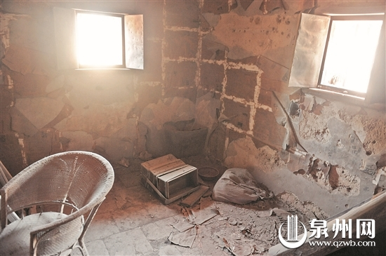 楼层内,每面墙各有一个瞭望的方窗。